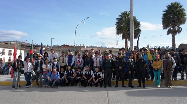 Caminantes y brigadas de apoyo de la PNP, Hospital Regional y Universidad Local antes de la partida a Levanto