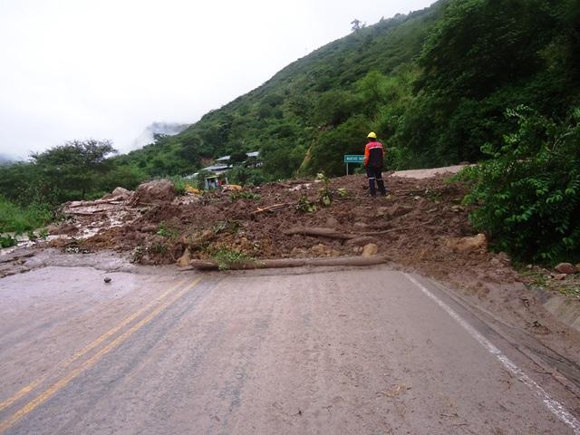 Huayco bloquea carretera